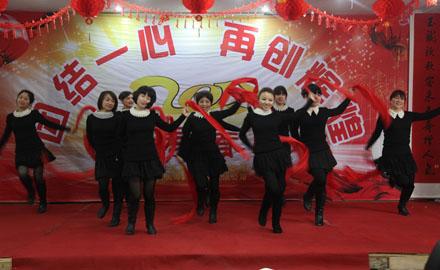 天寿春晚现场,干部员工载歌载舞
